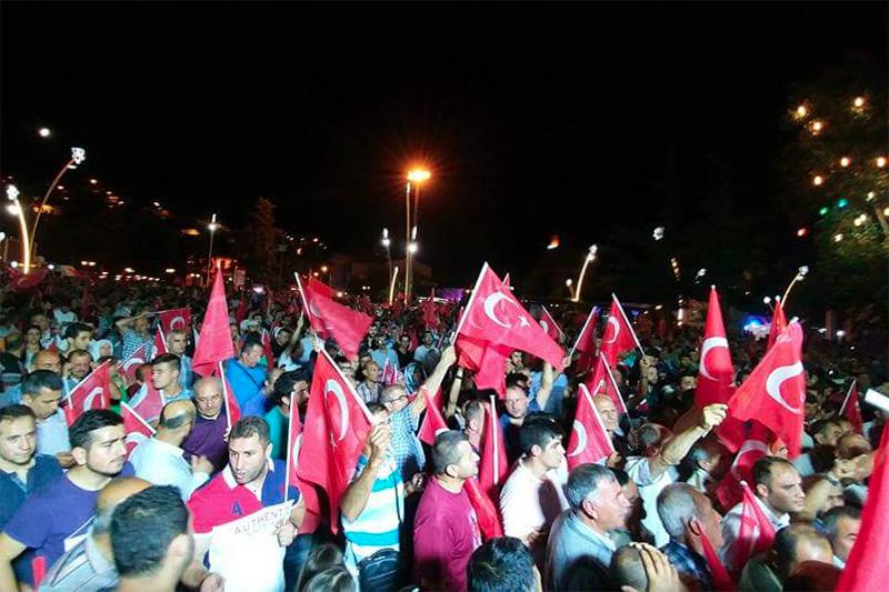 クーデターに抗議するトルコ市民=7月15日(写真:Lubunya)