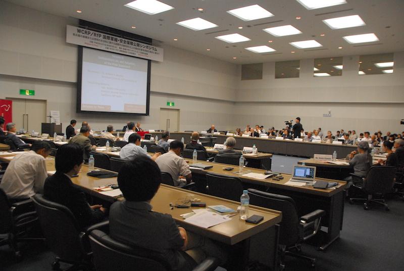最終声明文「核兵器廃絶のための私たちに共有された道義的そして法的責務」を採択する、国際会議「核兵器廃絶に向けた国際特別セッション~ICJの勧告的意見から20年~」の参加者たち=3日、東京都渋谷区の国際連合大学で