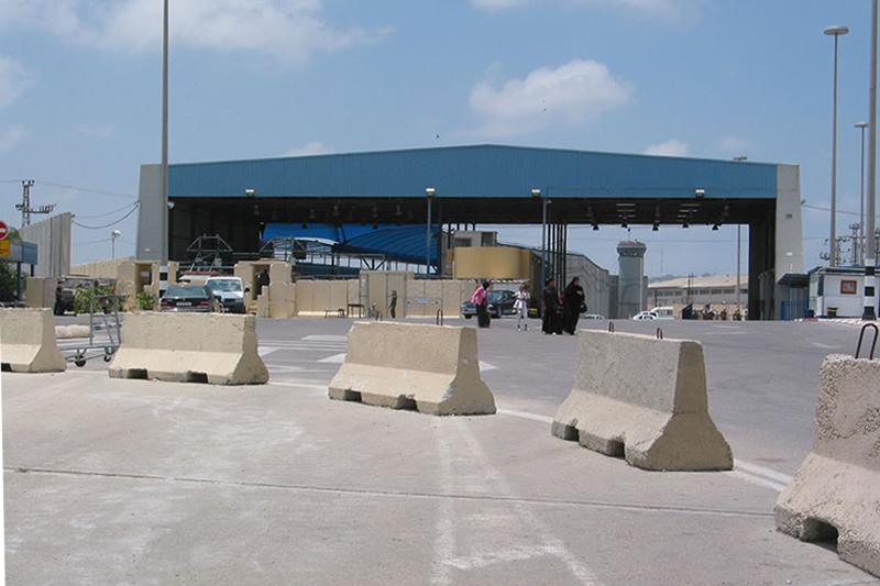 イスラエルとの境界に位置するガザ地区北端のエレツ検問所=2005年<br />