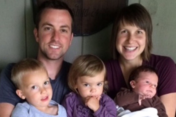 ジャミソン・パルズさん(左上)と妻のキャスリンさん(右上)。子どもたちは左から、エズラくん(3)、バイオレットちゃん(1)、カルバンくん(2カ月)。(写真:ゴー・ファンド・ミーより)