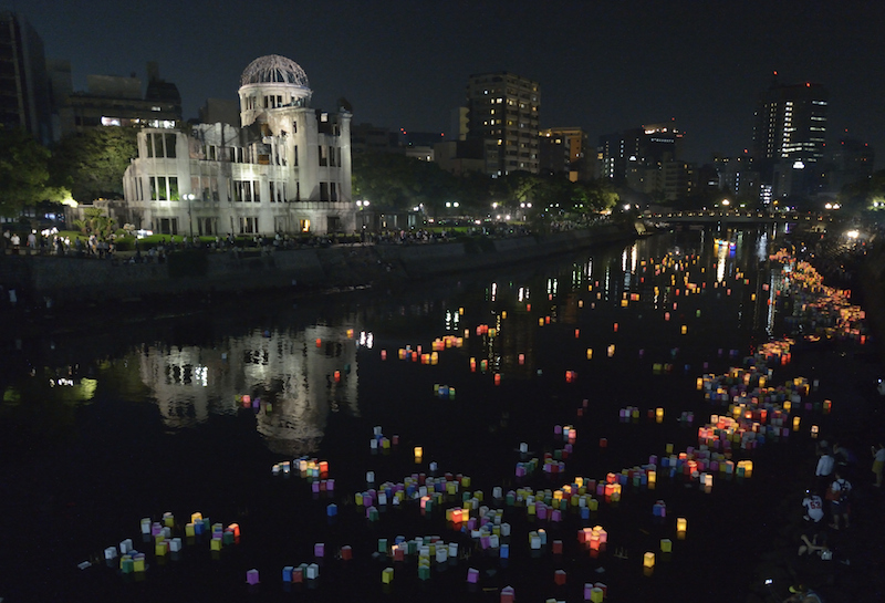 広島原爆ドームの近くで行われた灯籠流しの様子(写真:Paul Jeffrey / WCC)
