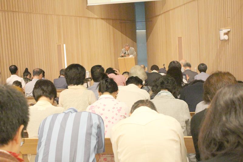 登壇者の祈りに合わせて共に祈る参加者たち=14日、東京都渋谷区の21世紀キリスト教会広尾チャペルで