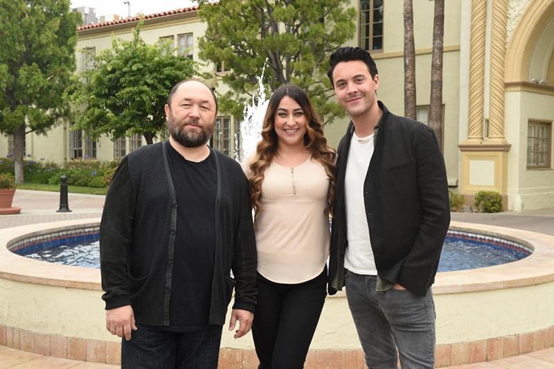 米ロサンゼルスで6月14日に行われた「ベン・ハー・フェイス・サミット」で、ゲストの女性と一緒に写る、映画「ベン・ハー」リメイク版のティムール・ベクマンベトフ監督(左)と主演のジャック・ヒューストン(右)(写真:MGM / Jason Kempion / Getty Images)