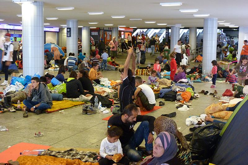 ハンガリーの首都ブダペストの駅で寝泊まりする難民。その多くはドイツを目指しているという=2015年9月4日(写真:Elekes Andor)