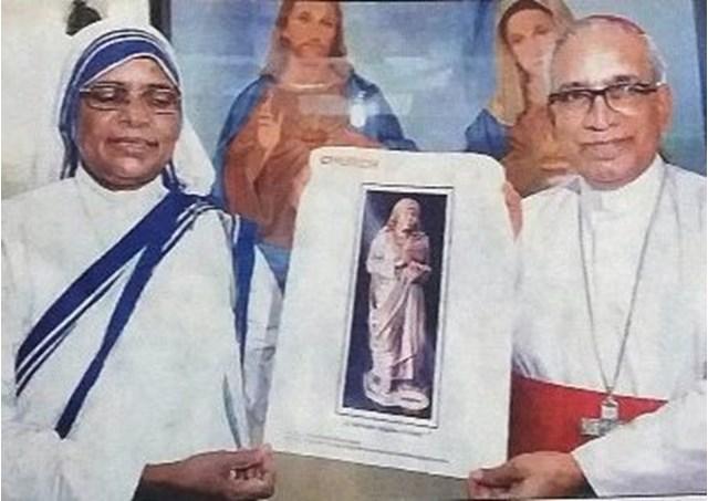 コルカタに設置されるマザー・テレサの像の写真(写真中央、写真:RV)