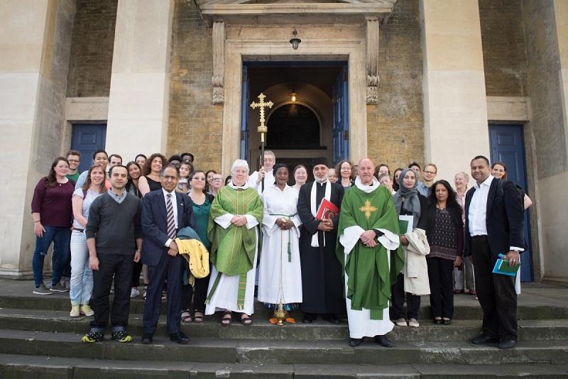 日曜日の礼拝に参加したイスラム教徒を歓迎するベスナルグリーン聖ヨハネ教会の人々(写真:英国国教会ロンドン教区)
