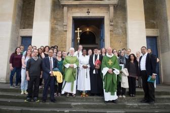 ロンドンでイスラム教徒が教会の礼拝に出席 仏神父殺害事件受け連帯示す