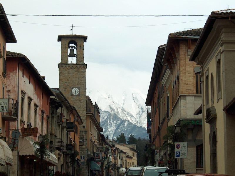 8月24日の地震で大きな被害を受ける前のイタリア中部の町・アマトリーチェ(2003年に撮影されたもの。写真:Natsag at Italian Wikipedia)