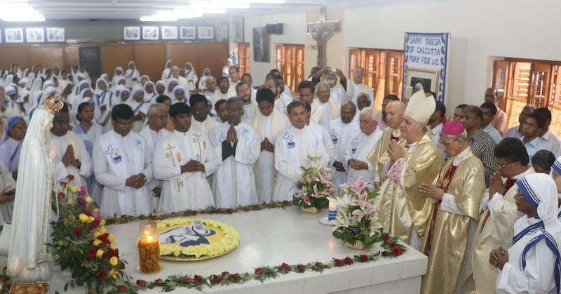 マザー・テレサの墓前で祈るインドのサルバトーレ・ペナンチオ・ローマ教皇使節(写真右)=5日、インド東部のコルカタにあるマザー・ハウスで(写真:Anto Akkara)