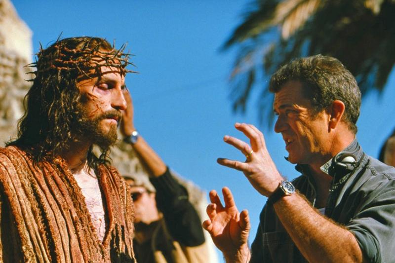 「パッション」(2004年)でイエス・キリストを演じた俳優ジム・カヴィーゼル(左)に指示を出す当時のメル・ギブソン監督(写真:21世紀フォックス)