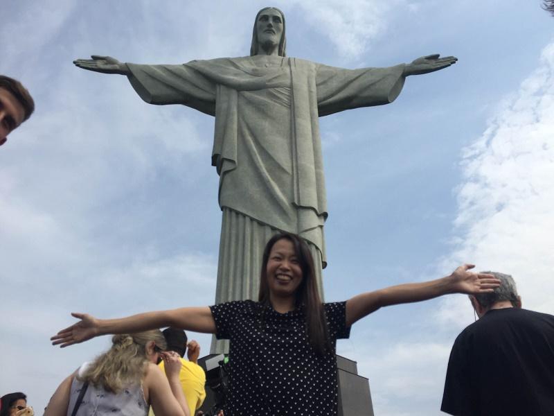 その巨大さに「ただ驚いた」というキリスト像の前で(写真:岡本依子さん提供)