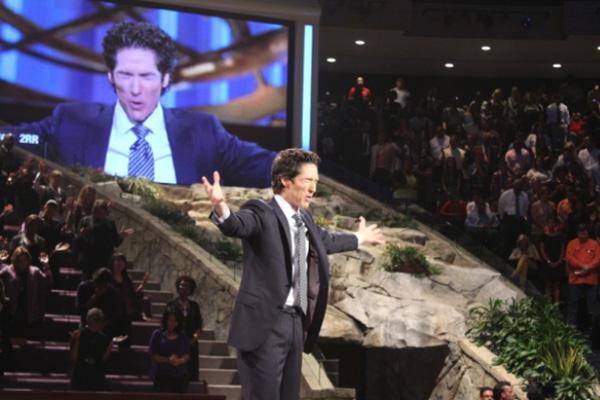 レイクウッド教会(テキサス州ヒューストン)の礼拝で祈りを導くジョエル・オスティーン牧師=2013年9月22日(写真:クリスチャンポスト)