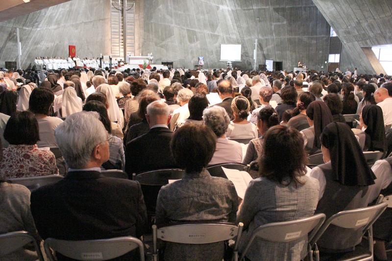 ミサには、約1600人が参列し、奉仕の愛に生き抜いたマザーを思い、祈りをささげた=19日、東京カテドラル関口教会(東京都文京区)で