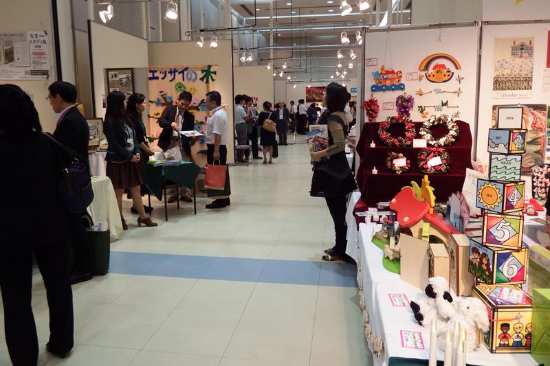 色鮮やかなクリスマスグッズが並ぶ「クリスマス見本市&キリスト教ブックフェア」の会場=2014年10月7日、東京都の大田区産業プラザで