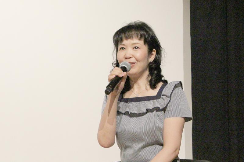 マザー・テレサによって生きる力をもらい、今ここにこうして生かしてもらっていると話す音楽家のこいずみゆりさん=24日、東京都写真美術館(東京都目黒区)で