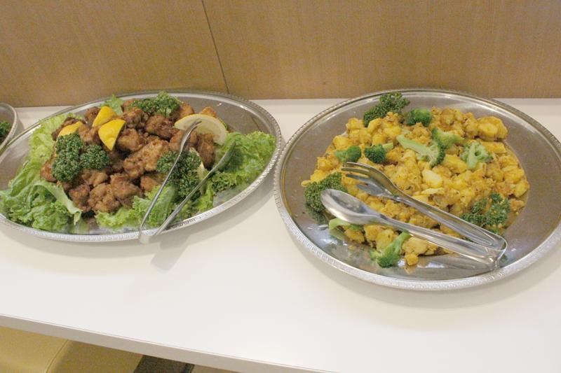 29日にオープンする「東京ハラルデリ&カフェ」のハラルフードメニューの一例=27日、上智大学(東京都千代田区)で