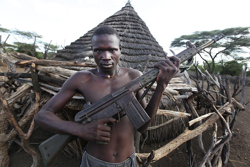 ライフル銃を持つ南スーダンの戦闘員(写真:Steve Evans)