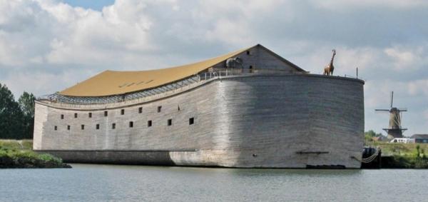ノアの箱舟をモデルにした船舶。オランダの建築業者、ヨハン・フイバー氏が製作したことから「ヨハンの箱舟」とも呼ばれ、実際に航行可能だという。(写真:ノアの箱舟財団)