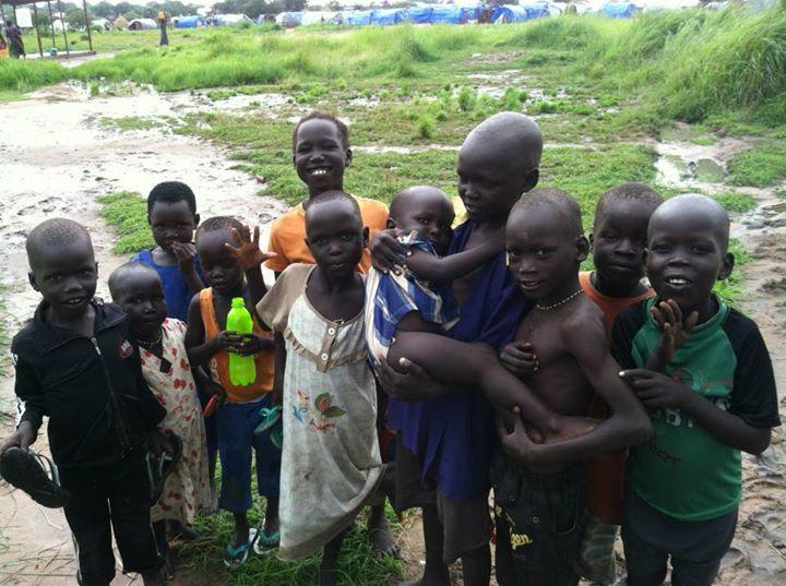 故郷における紛争を逃れている、南スーダンの首都ジュバの近くにある避難民キャンプの子どもたち(写真:Jrh008、2014年7月4日に撮影)