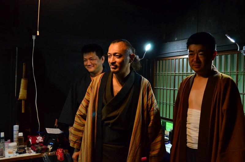 撮影前の進藤龍也牧師(写真中央)。セリフを何度も練習して撮影に臨んだ。