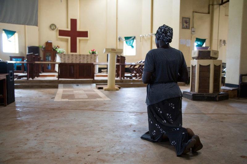 南スーダン:暴力を逃れて祈る女性 10万人が町に追い込まれ、廃屋や聖堂に避難 国連の難民機関が警告