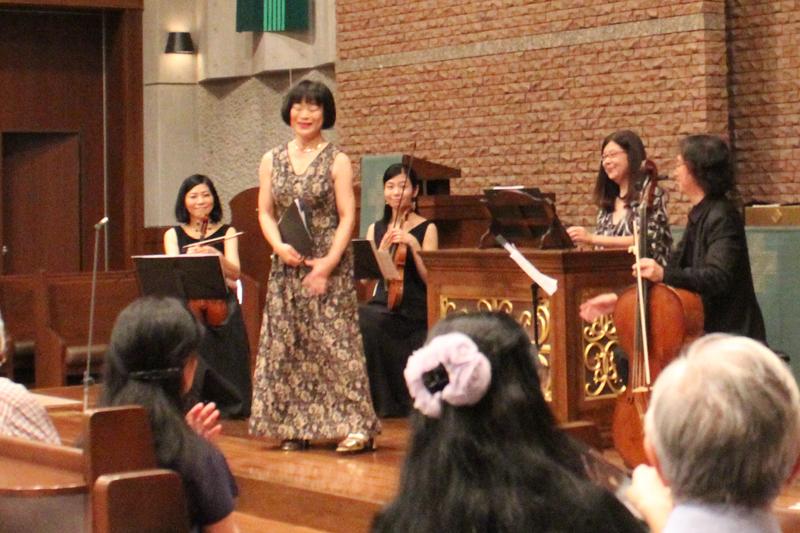 演奏後、拍手に応える出演者たち=9月29日、日本福音ルーテル東京教会(東京都新宿区)で