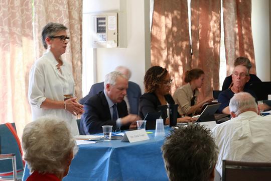 カナダ合同教会(UCC)トロント協議会の臨時執行委員会で話すグレタ・ボスパー牧師(左)(写真:同牧師)