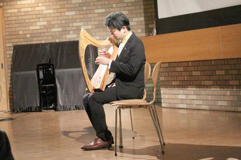 自作のアイリッシュ・ハープを演奏する寺本圭佑氏=1日、明治学院大学(東京都港区)で