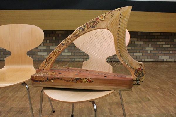 明治学院大レクチャーコンサート「アイリッシュ・ハープの歴史と音楽」 寺本圭佑氏が講演、演奏も