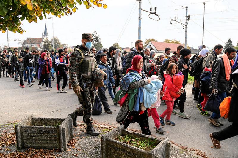 スロベニアを歩いて移動するシリア難民=2015年10月23日(写真:Robert Cotic)
