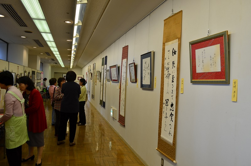 作品の前で立ち止まり、ゆっくりと眺めていく人が多い。初日は約120人が会場を訪れた=10日、埼玉・川口リリアギャラリーで