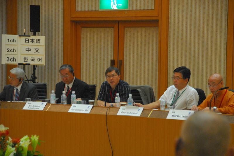 写真中央は、「IPCR国際セミナー2016」の2日目に行われた、ACRP(アジア宗教者平和会議)セッション「ACRPにおける日本・中国・韓国の役割」でコメントを述べるパネリストのキム・グワンジュン氏(韓国宗教者平和会議[KCRP]事務総長、世界聖公会正義と平和委員会委員)。その左側は左から順にコーディネーターの神谷昌道氏(ACRPシニアアドバイザー)、スピーカーの畠山友利氏(ACRP事務総長)。その右側は左から順に国富敬二氏(WCRP日本委員会事務局長)、中国仏教協会副会長のヤンジュ法師=9月3日、神奈川県横浜市の立正佼成会横浜普門館で