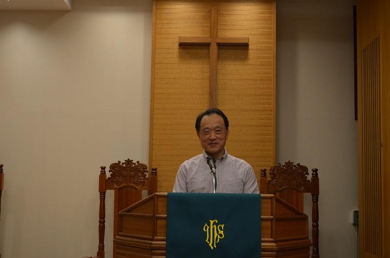 講壇に立つ石川博詞牧師。「イエス様は、よく例え話をお使いになった。きっと落語のような楽しい話も好きだったのでは」と話す。