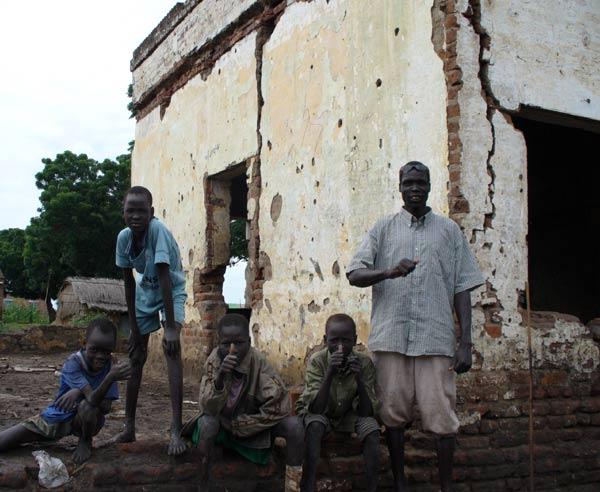 南スーダン北部のグレイター・ナイル川上流域にあるナイル川上流域州のナシルという小さな町の人々と廃墟になった建物(写真:Ataari)