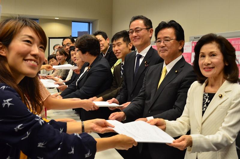 10日までの3週間で集まったメッセージは約1450人分。衆院第2議員会館で開かれた集会には国会議員17人が参加し、自衛官の家族からの切実な思いも入っているメッセージを手渡した=17日、同議員会館(東京都千代田区)で
