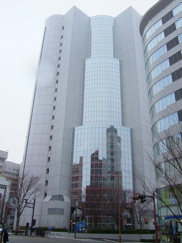 北國新聞社の本社ビル「北國新聞会館」。関連会社の金沢ケーブルテレビネットも入居する。<br />