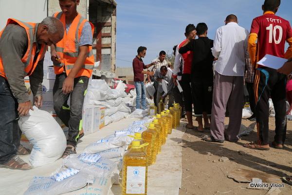 国内避難民への物資支援の様子