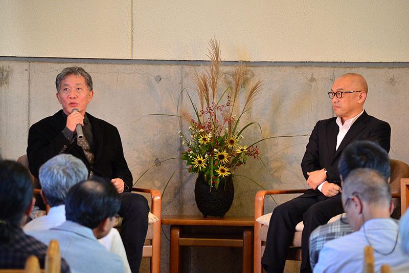 対談を行った内田樹氏(写真左)と釈徹宗氏(同右)。2人での共著も多い=15日、群馬県前橋市で