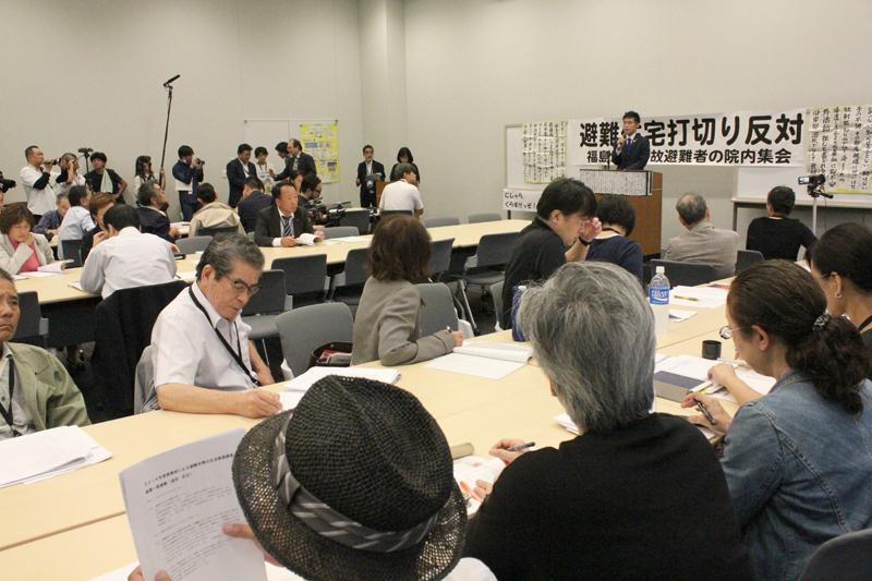 集会は2時間近く行われ、各地で暮らす避難当事者や、避難用住宅の打ち切り反対を支持する議員たちがそれぞれの思いを語った=20日、参議院議員会館(東京都千代田区)で