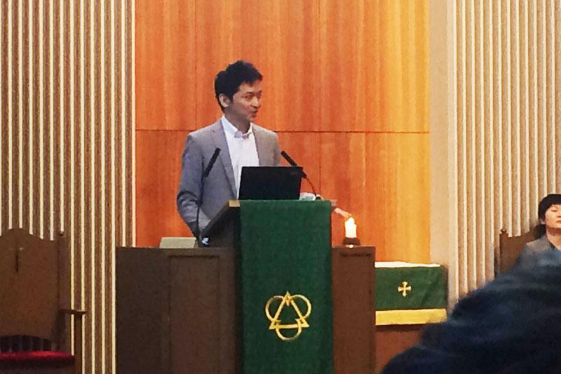 「イエスぱねえ マジネ申すぎてワロタww」をテーマに400人の学生を前に語る松谷信司氏=21日、青山学院大学相模原キャンパスで