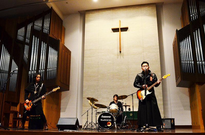この日のテーマは「青山学院大学・ロックンロールハイジャック」。牧師ROCKSは、メンバー全員が牧師という異色のロックバンドだ。この日は、メンバー4人のうち3人が参加した=17日、東京都渋谷区で