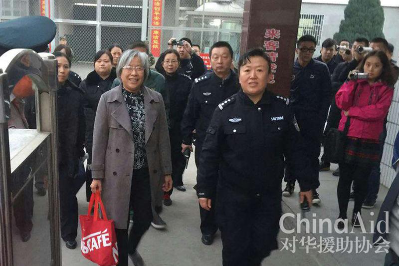 2009年に逮捕、投獄され、今月10日に釈放された、山西省臨汾(りんふん)市の家の教会の指導者であるヤン・ロングリ牧師(中央左)(写真:チャイナエイド)