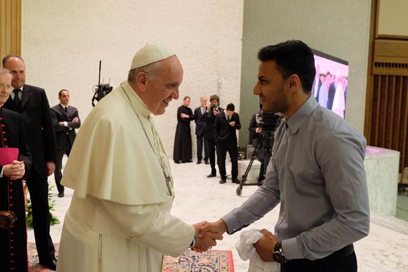 ローマ教皇フランシスコ(左)と握手をするカシフ・シディキー氏(写真:サッカー・フォー・ピース)