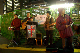 路傍伝道をする有志たち=15日、JR新宿駅東南口前で