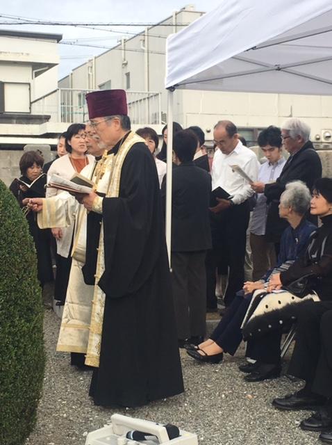 大阪ハリストス正教会の松島雄一司祭が追悼司式を行い、墓地に眠る89人のロシア人兵士の平安のために祈祷をささげた=23日、泉大津市営墓地で