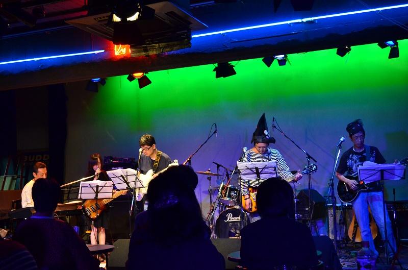 ステージに立つホサナバンド。プロのミュージシャンを目指して活動中に病に襲われたメンバーも=22日、都内のライブハウスで