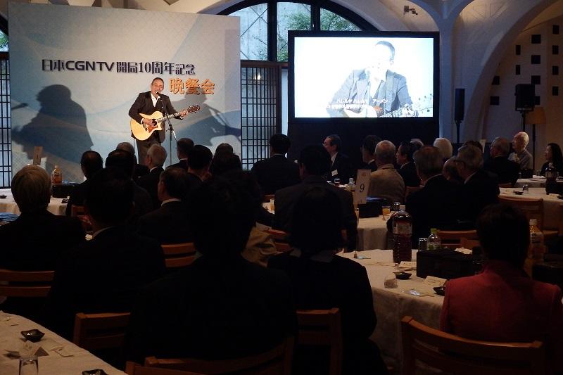 晩餐会の様子。ゴスペルシンガーの小坂忠氏がギターと共に特設のステージに立って賛美歌「アメイジング・グレイス」を参加者と共に歌い、最高に泣ける歌として知られている小坂氏の名曲「勝利者」を歌い上げた=10月14日、ウェスレアン・ホーリネス教団淀橋教会(東京都新宿区)で