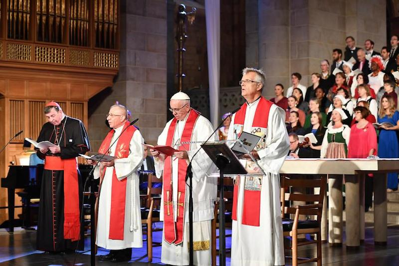 宗教改革の共同記念行事で「共同の祈り」を行うルーテル、カトリック両教会の指導者たち。左から、教皇庁キリスト教一致推進評議会議長のクルト・コッホ枢機卿、ルーテル世界連盟(LWF)議長のムニブ・ユナン監督、ローマ教皇フランシスコ、LWF総幹事のマルティン・ユンゲ牧師=10月31日、ルンド大聖堂(スウェーデン)で(写真:Church of Sweden / Magnus Aronson)