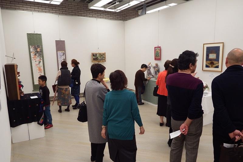 展示作品は、石彫、切り絵、タペストリー、掛け軸、クレイアート、人形、和傘などさまざま。年々表現技法の幅が広がっているのが分かる=1日、目黒区美術館区民ギャラリー(東京都目黒区)で
