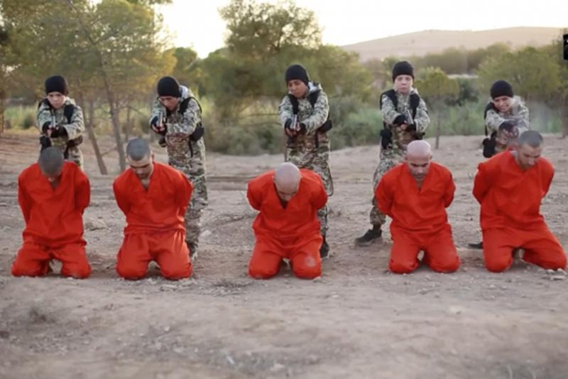 過激派組織「イスラム国」(IS)が10月28日に公開した新しい動画。まだ幼い少年兵が捕虜を処刑するシーンもある。(ユーチューブの動画より / HEAVY.COM)